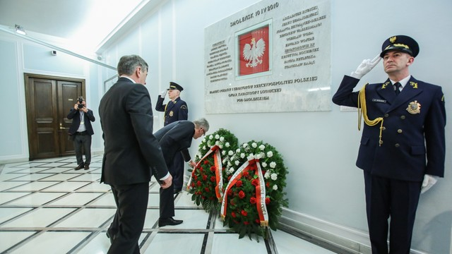 Marszałkowie Sejmu i Senatu uczcili pamięć ofiar katastrofy smoleńskiej
