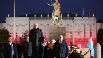 """10-05-2017 21:20 Prezes PiS o """"nowym wielkim ataku nienawiści"""". W tle okrzyki: """"konstytucja!"""""""