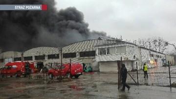 Kłęby czarnego dymu nad Radomiem. 160 strażaków walczy z pożarem magazynu