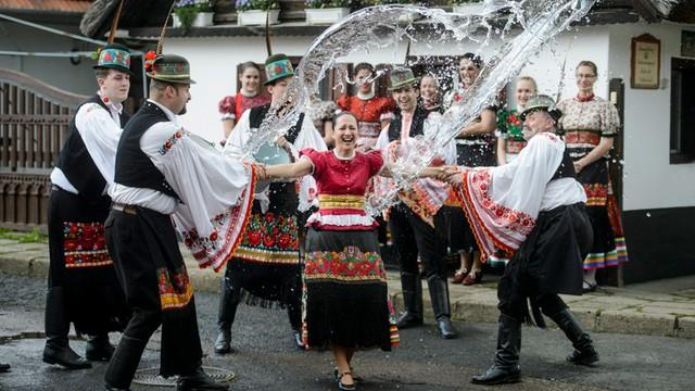 Węgry - święcenie ognia z bazi i powrót dzwonów z Rzymu na Wielkanoc