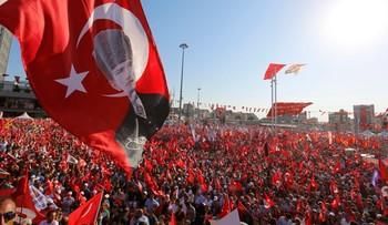 """24-07-2016 22:31 """"Ani zamachu stanu, ani dyktatury!"""" - setki tysięcy osób na demonstracji w Stambule"""
