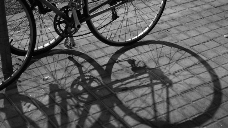 Najpierw próba kradzieży roweru, później strzały w brzuch