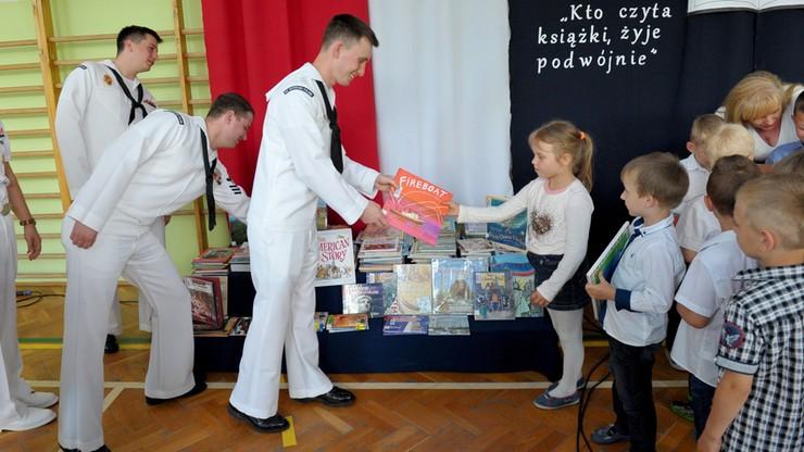 Ambasada USA podarowała szkole w Redzikowie kilkaset książek
