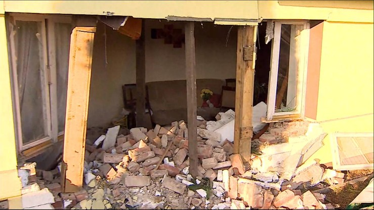 Samochodem staranował budynek. Uszkodził ścianę nośną i wjechał wprost do salonu