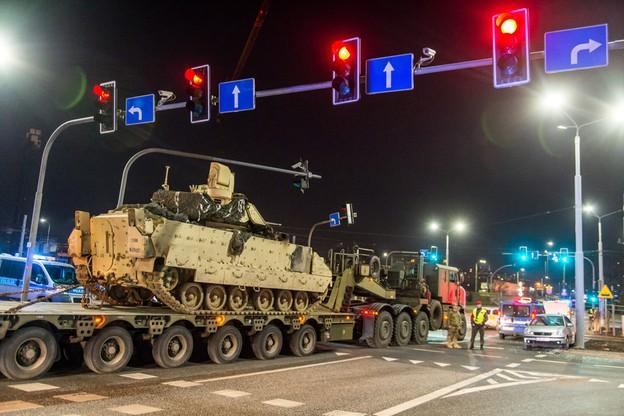 Zderzenie kolumny transportującej czołg z autem osobowym