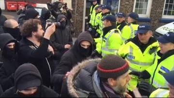 30-01-2016 21:04 Protest antyimigracyjny w Wielkiej Brytanii. W ruch poszły kamienie i świece dymne