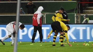 10-02-2016 16:51 Kibice Borussii Dortmund wrzucili na boisko piłki tenisowe. Protestują przeciwko podwyżce cen biletów