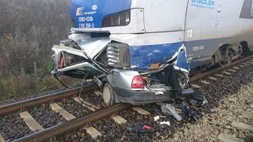 08-11-2016 15:18 [WIDEO] Pod Piotrkowem pociąg przeciął samochód na pół. Kierowca nie żyje