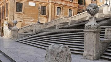 Mieszkańcy Rzymu na straży Schodów Hiszpańskich. Pilnują ich po remoncie