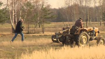 Radny ucieka traktorem przed niewygodnymi pytaniami