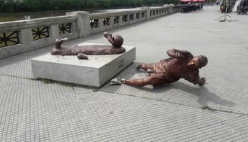 Zdewastowano pomnik Messiego w Buenos Aires. Zostały tylko stopy i piłka