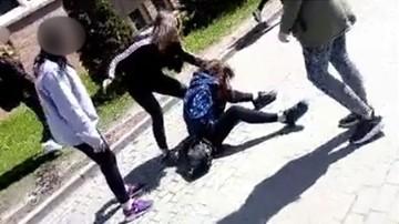 Biją i kopią po głowie. Szokujące nagrania pobicia gimnazjalistki w Gdańsku