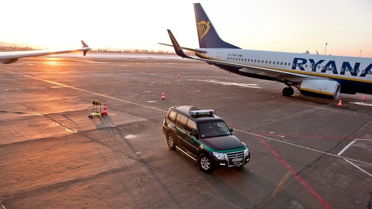 Sforsowali drzwi terminalu i wtargnęli na płytę lotniska w Gdańsku. Interweniowała Straż Graniczna