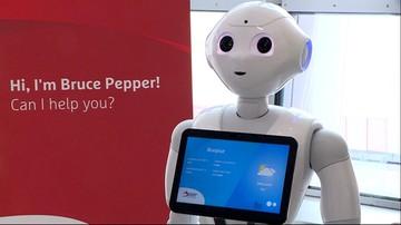 Pepper pomaga pasażerom na lotnisku w Brukseli. Zapoznali się już z nim także europosłowie