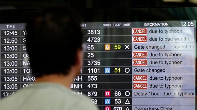Tajfun Mindulle zaatakował wschodnią Japonię, odwołano setki lotów