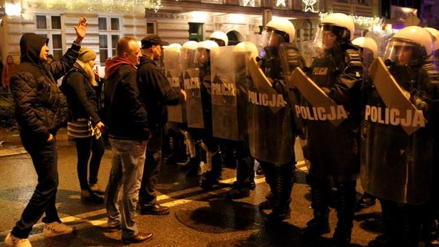 Policja: chcieliśmy pokojowo zabezpieczyć manifestację w Ełku; chuligani wykorzystali tragedię