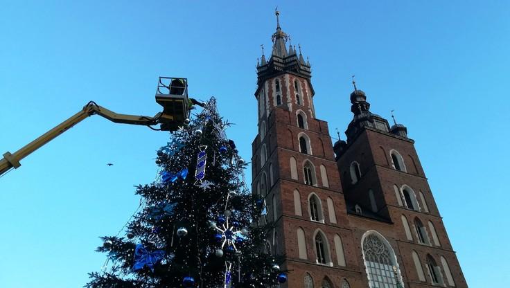 2017-11-24 Podnośnik na Rynku Głównym w Krakowie. Wieszanie ozdób na choince