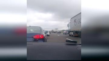2017-10-23 A2 zablokowana w obu kierunkach. Przewróciła się ciężarówka przewożąca świnie