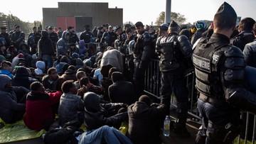 """25-10-2016 12:49 Drugi dzień likwidacji """"dżungli"""" w Calais. Wkrótce ma się rozpocząć czyszczenie obozu"""