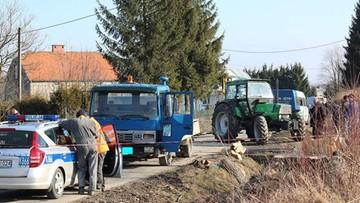 2017-02-21 Tragedia w Dębowcu (woj. podkarpackie). Pień drzewa przygniótł mężczyznę podczas załadunku