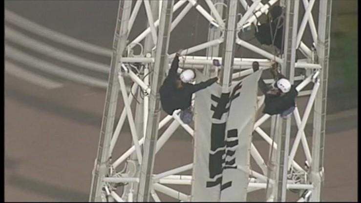 """""""Pozwólcie im zostać"""". Spektakularny protest 162 metry nad Melbourne"""