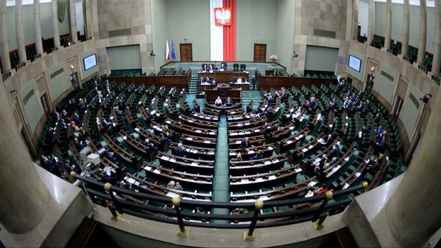 Nowy sondaż CBOS: PiS na czele, pięć partii w Sejmie