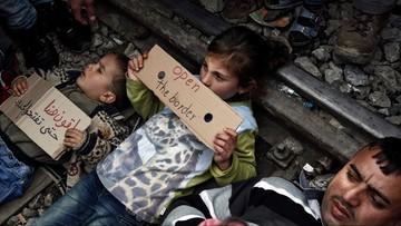 Z dziećmi położyli się na torach. Protest uchodźców przeciwko zamknięciu granicy