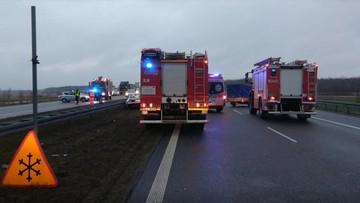 22-12-2017 12:35 Śmiertelny wypadek na A2. Po zderzeniu z ciężarówką kierowca samochodu osobowego wysiadł z pojazdu, został potrącony