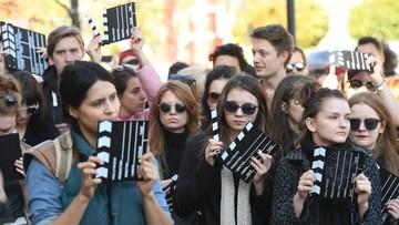 """16-10-2017 20:28 """"Damy wam klapsa"""". Studenci szkół artystycznych manifestowali przeciwko zmianom w PISF"""