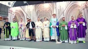 Kolorowe i fantazyjne stroje dla księży - czy mają szansę się przyjąć?