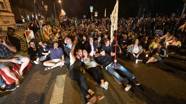 Policja: 52 mandaty karne w związku z nocnym protestem przed Sejmem