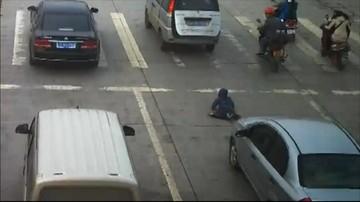 07-04-2016 22:59 Dziecko wypadło z samochodu na ulicę. Cudem ocalało