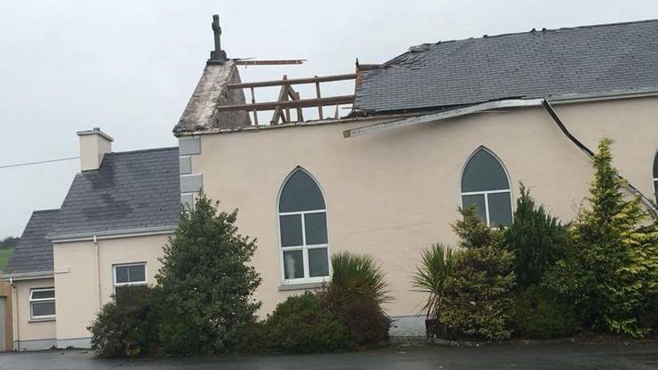 2017-10-16 Ophelia zerwała dach z kościoła w Cork. Huragan w Irlandii