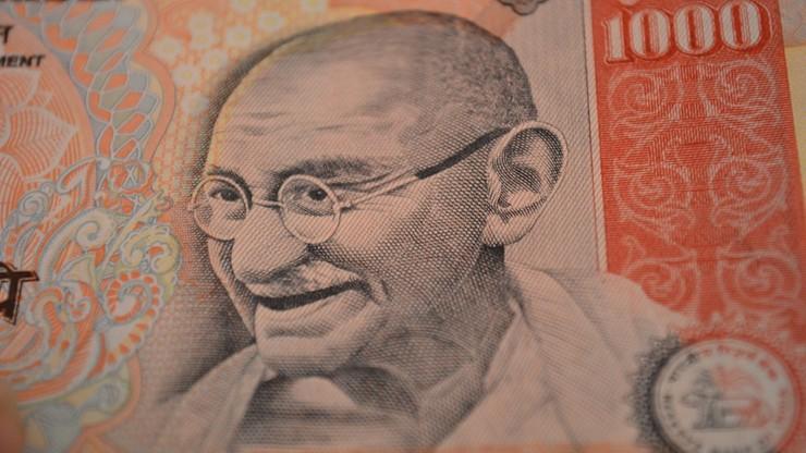 Chaos w Indiach. Unieważniono banknoty, ludzie szturmują banki