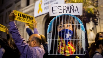 """""""Uwolnić więźniów politycznych!"""". Wiece poparcia dla osadzonych ministrów gabinetu Carlesa Puigdemonta"""