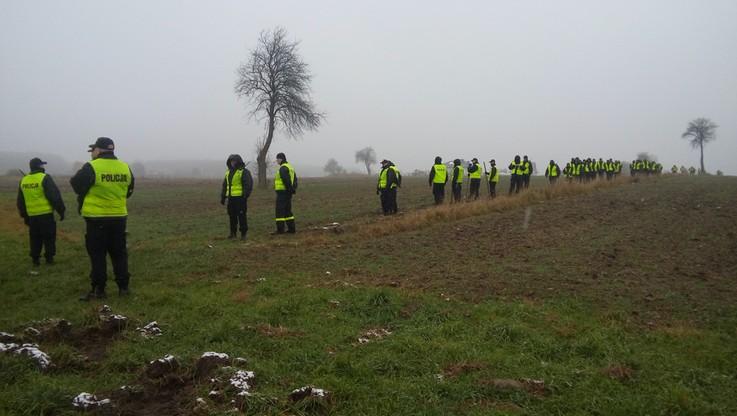 Policja przeszukała pole w Radomiu. Śledztwo w sprawie zabójstwa dwóch kobiet