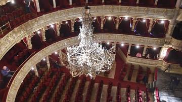 Ponad 120-letni żyrandol w Teatrze im. Słowackiego ma nowe żarówki. Ich wymiana trwała kilka godzin