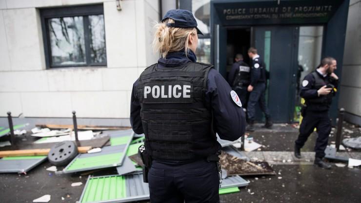 """""""Śmierć glinom"""". Francuscy licealiści zaatakowali posterunek. Policjanci schowali się w środku"""