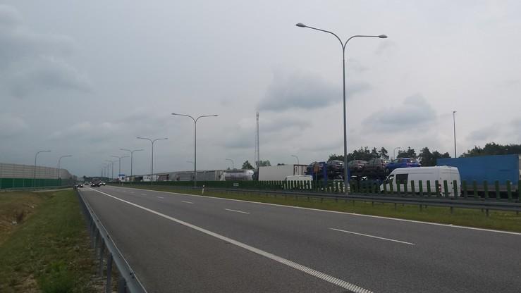 Przez cały dzień na pasie w strone Warszawy przed miejscem wypadku wystepowały poważne utrudnienia, a kierowcy byli kierowani na trasy objazdowe drogami krajowymi.