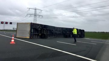 Wiatr przewrócił ciężarówkę na autostradzie A2. Zablokowała pięć pasów