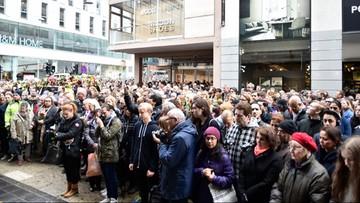 10-04-2017 13:21 Szwedzi minutą ciszy uczcili ofiary zamachu w Sztokholmie