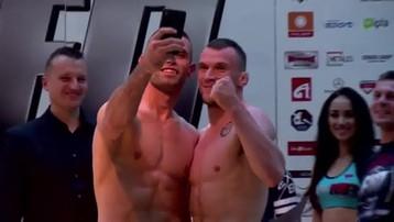 2015-11-07 FEN 9: Błachuta zrobił selfie na ceremonii ważenia. Z rywalem! (WIDEO)
