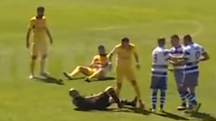 Brutalny rewanż za czerwoną kartkę! Piłkarz uderzył sędziego kolanem w twarz (WIDEO)