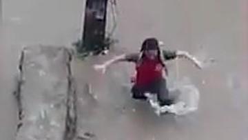19-07-2017 19:12 Szła zalaną ulicą i nagle zapadła się pod ziemię. Cudem uniknęła śmierci