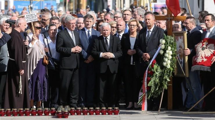 86. miesięcznica smoleńska. Prezes Kaczyński złożył kwiaty przed Pałacem Prezydenckim