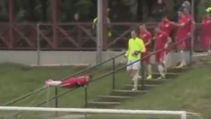 Thug Life na boisku! Piłkarz zjechał na mecz po dwóch poręczach! (WIDEO)