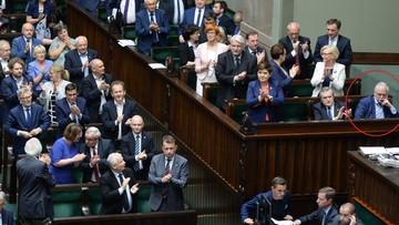 20-07-2017 17:19 PiS przegłosowało ustawę o SN. Posłowie i ministrowie wstali i klaskali, a Gowin…