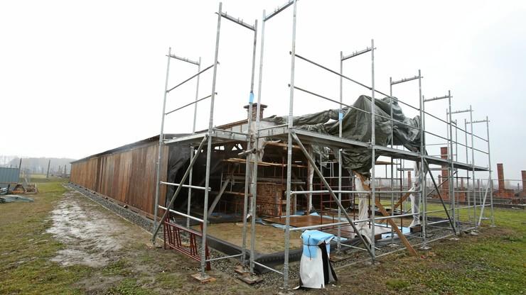 Eksponowana w USA część baraku z Auschwitz II-Birkenau ponownie montowana w obozie