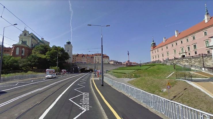 Horror: tramwaj jechał z ręką pasażerki w drzwiach. Kobieta biegła, ile sił