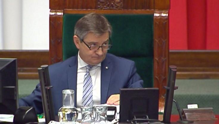 """""""Kolczyk w uchu"""" Kuchcińskiego. Kancelaria Sejmu chce """"sprostowania"""" zdjęcia"""